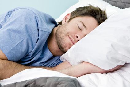 kyljellään nukkuva mies