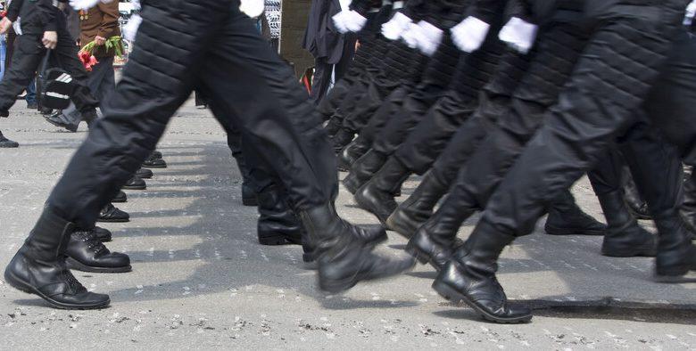 sotilaat marssivat
